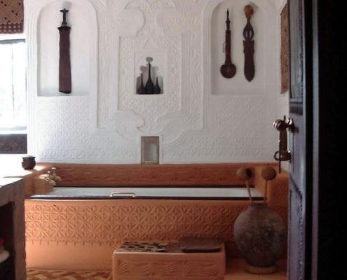 Bakuba suite bathroom with Swahili plaster work